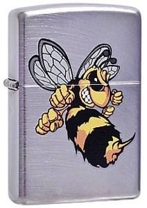 Широкая зажигалка Zippo Angry hornet 23647 - фото 5622